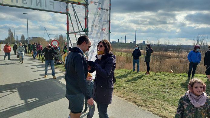 Van zijn vrouw kreeg Gianni een medaille rond de hals.