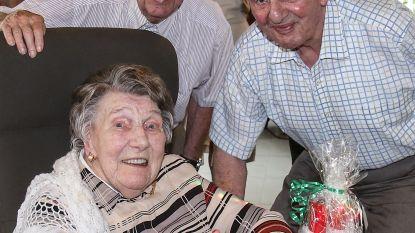 Oudste inwoner van onze streek zet er een kaarsje bij: Alma blaast er 106 uit