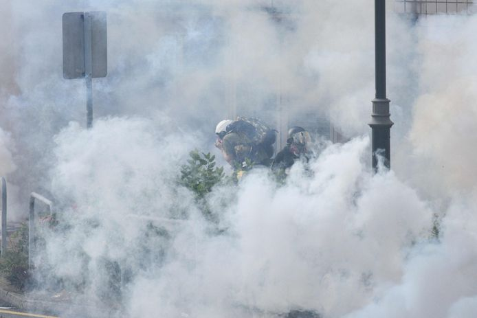 De politie zet traangas in.