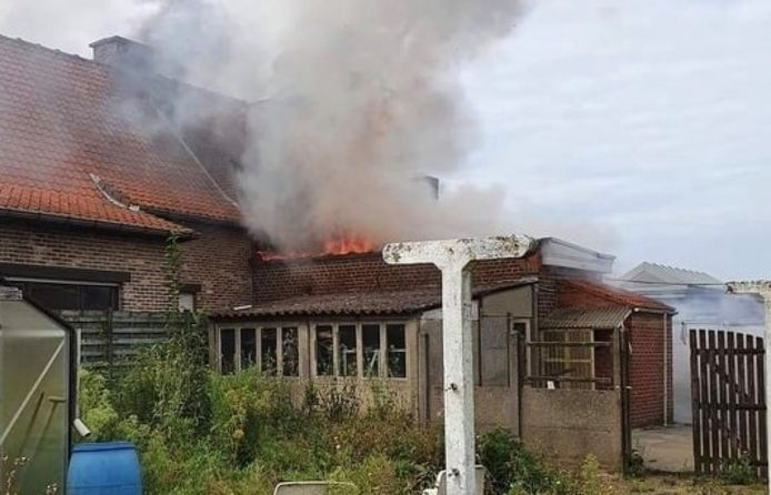 De brand woedde in alle hevigheid aan de achterzijde van de rijwoning langs de Komerenstraat in Geluwe.