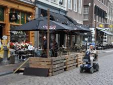 Tafeltjes midden op de Groenmarkt en meer ruimte op het Scheffersplein: Dordtse terrassen breiden uit