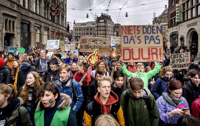 Scholieren voeren opnieuw onder schooltijd actie in Amsterdam voor het klimaat. Beeld ANP