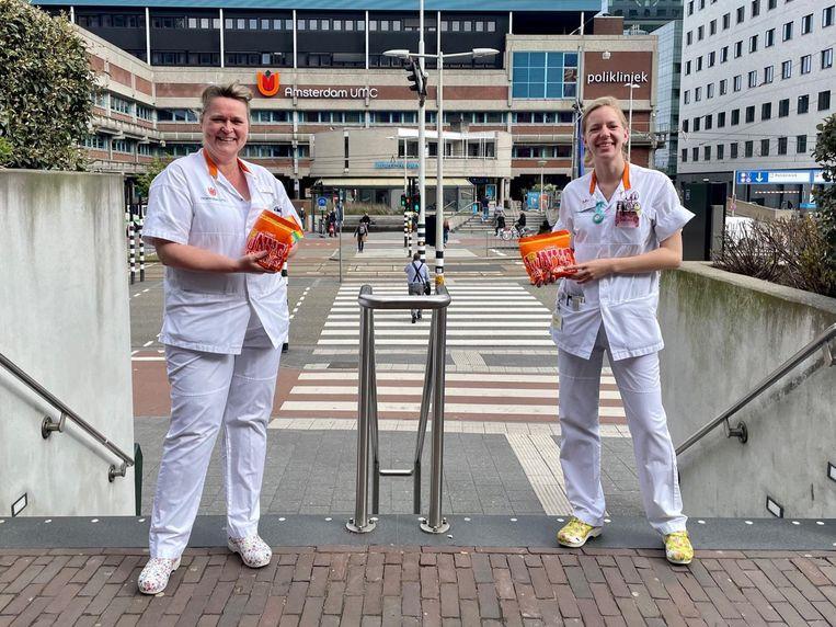 Verpleegkundigen van het Amsterdam UMC nemen de chocolade in ontvangst. Beeld