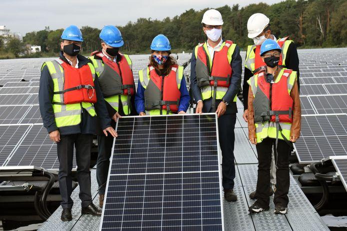 Vlaams Minister Zuhal Demir, derde van links, plaatste samen met enkele andere prominenten het laatste zonnepaneel. U herkent onder meer provinciegouverneur Cathy Berx (rechts).