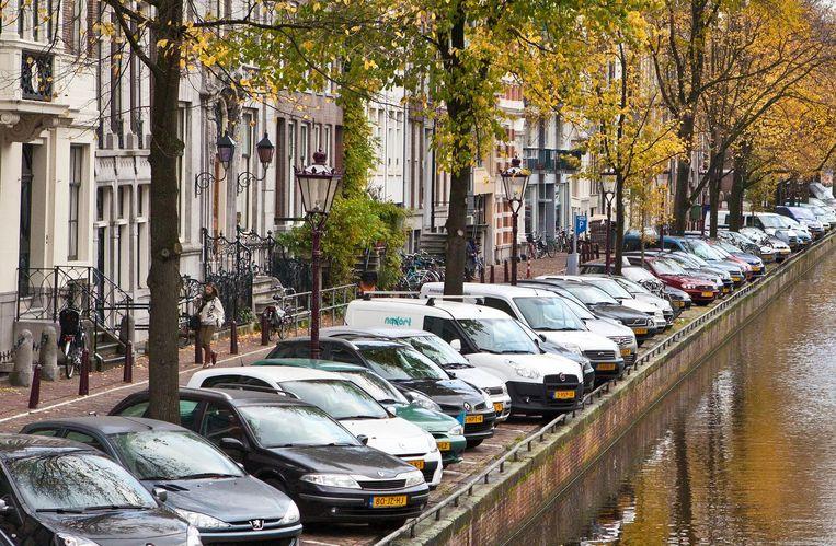 Parkeren aan de Amsterdamse grachten. Prijskaartje straks: 7,50 euro per uur.