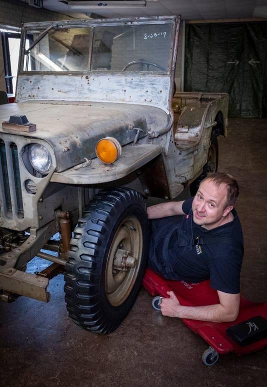 Oorlogsmuseum Overloon bestaat 75 jaar. Frank Stoffer is een van de vrijwilligers. Hij knapt een oude Jeep op.