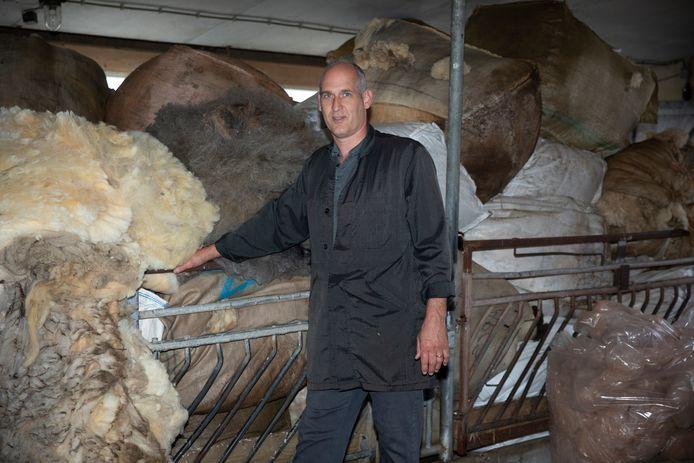 Veehandelaar Jan van Zuidland haalt als 'service' ook de wol op bij zijn klanten. Die slaat hij op in zijn loods in Zierikzee.