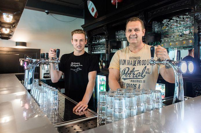 Richard van der Ark en Jari Mertens bij de opening van cafe LinQ in de Hoofdstraat in Raamsdonksveer. Foto René Schotanus/Pix4Profs