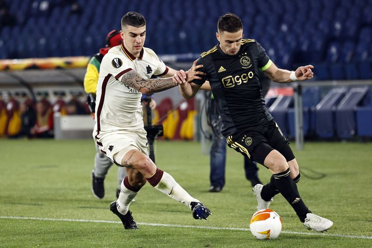 Gianluca Mancini van AS Roma en Dusan Tadic van Ajax tijdens de UEFA Europa League kwartfinale. Beeld ANP