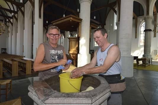 Wijnand Maayen en Wim Hoogenboom kuisen de Michaëlskerk, omdat de Koning komt