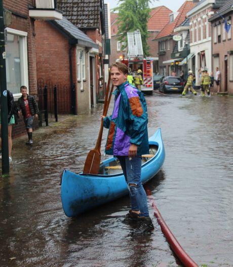 Kanoën over straat: flinke wateroverlast door wolkbreuk in Twente en de Achterhoek