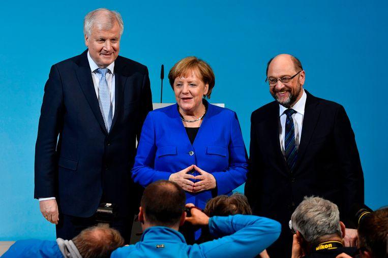 Merkel samen met CSU-leider Horst Seehofer (l.), die minister van Binnenlandse Zaken zou worden en Martin Schulz van SPD, die op Buitenlandse Zaken zou komen.