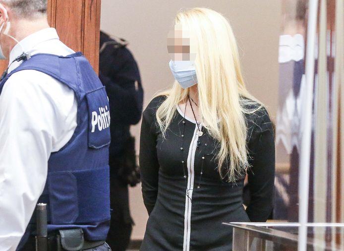 Kristel Appelt wordt de assisenzaal binnengeleid.
