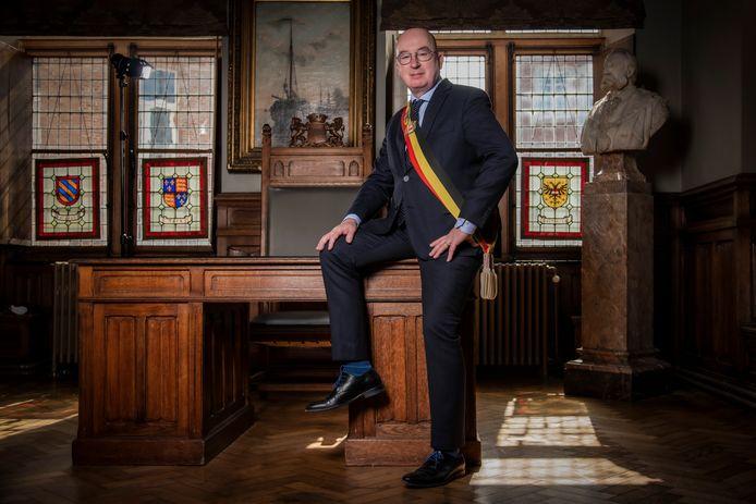 Burgemeester Piet Buyse houdt vast aan zijn sjerp met Belgische driekleur.