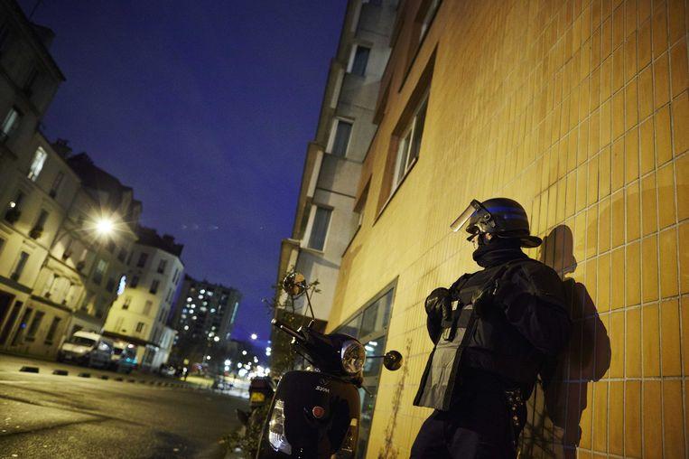 Een politieagent beveiligt de wijk Porte de Vincennes na afloop van de gijzeling in een Joodse supermark. Beeld anp