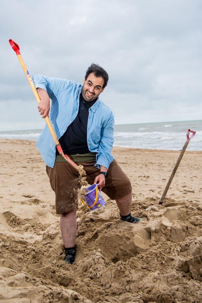 Voor hij zich later deze maand met een rode balpen over de herexamens buigt, laat Kamal Kharmach nog even het kind in zich los op het strand.
