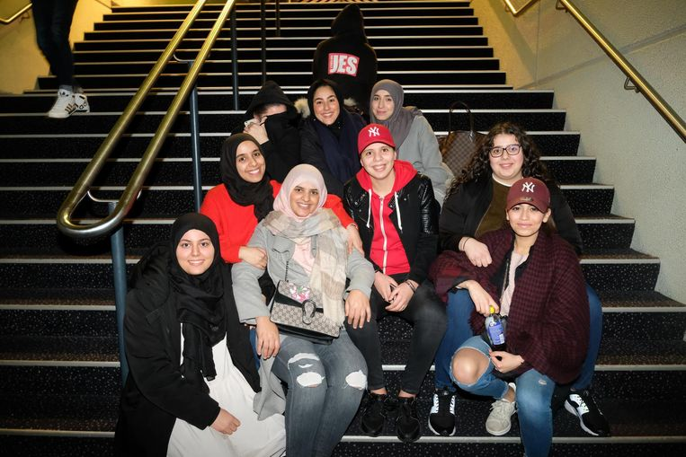 De meisjes van JES op de trappen.