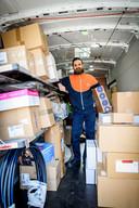 Burak Ulukan (31) bezorgt al 6 jaar pakketjes in Vriezenveen.
