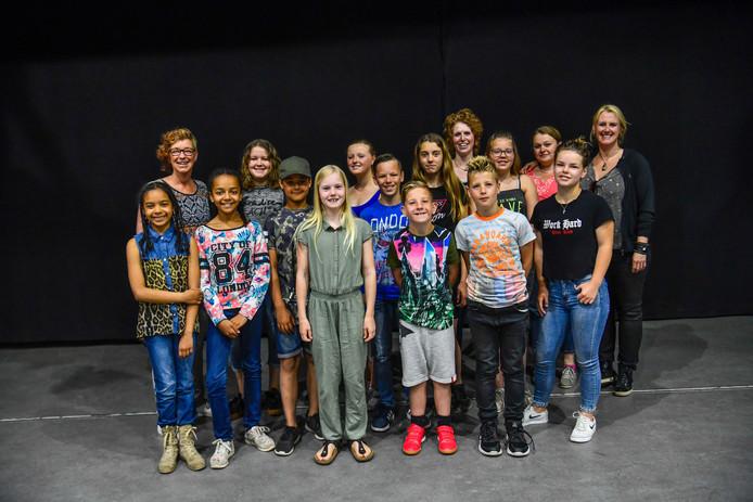 De zangtalenten die bij de nieuwe stichting Au3 Smits Music lessen volgen en optredens verzorgen.