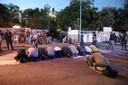 Palestijnen die met uitzetting worden bedreigd bidden in Oost-Jeruzalem.