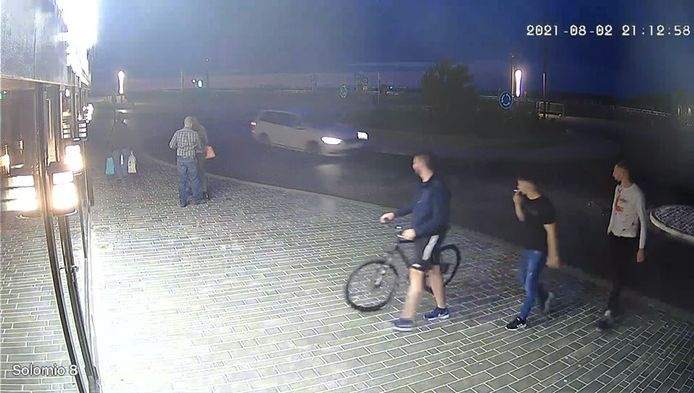 De witte wagen driftte op een bepaald moment zelfs drie rondjes over de nieuwe rotonde aan de Visserskaai in Oostende.