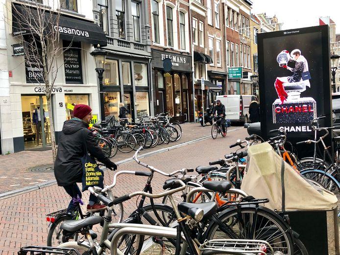 Een van de straten waarin auto's en fietsen tijdelijk worden geweerd, is het Oudkerkhof