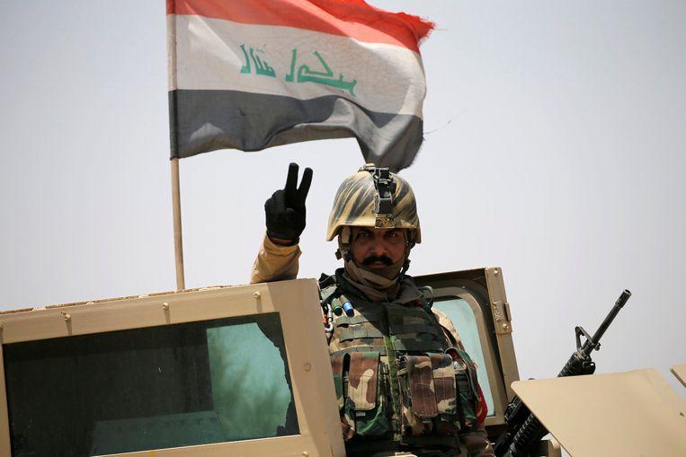 Iraakse soldaat maakt een gebaar van vrede nabij Falluja. Beeld reuters