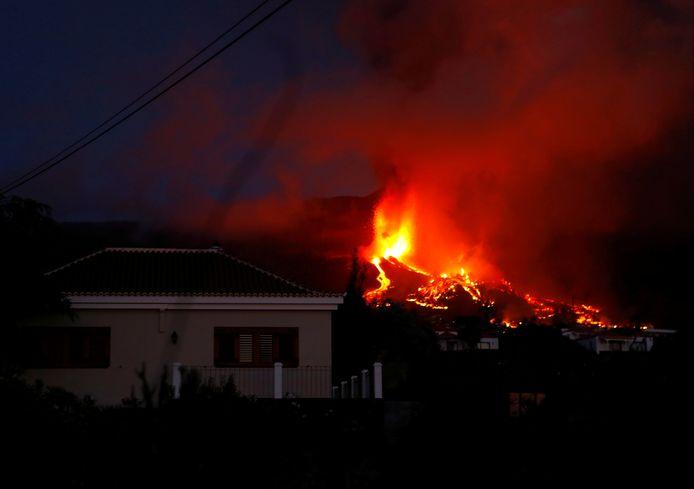 Lava nadert een huis op La Palma.