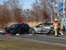 Vrouw gewond, weg bezaaid met brokstukken na stevige botsing tussen auto's en vrachtwagen