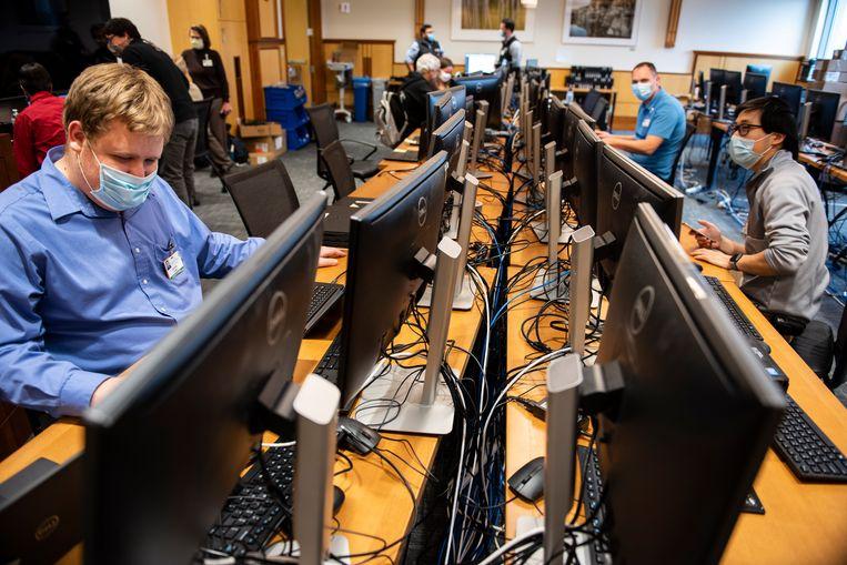 IT'ers checken computers op malware bij een universitair ziekenhuis in de VS. Archiefbeeld. Beeld AP