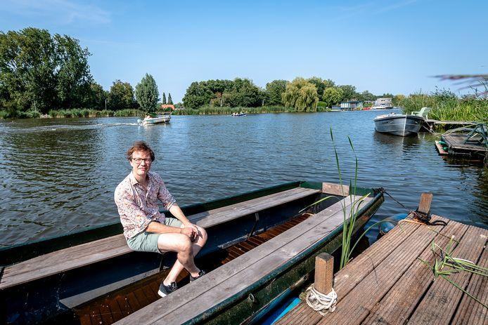 Hans Vollaard op de plek bij de Rotte waar de extra fietsbrug zou kunnen komen. Het Rotterdamse college vindt dat er te weinig draagvlak is voor de nieuwe verbinding, die ook de landelijke omgeving zou aantasten.