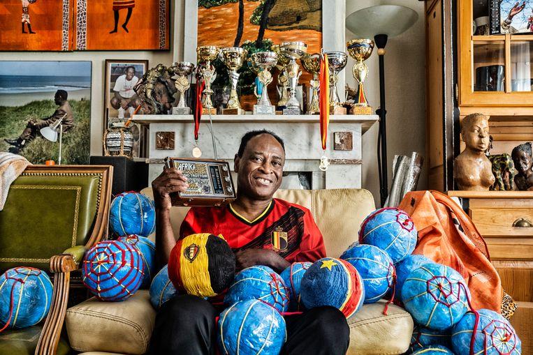 Dominique Lubaki in zijn kleine maar tot de nok gevulde Afrika-museum. De collectie is zijn levensverhaal. Een greep uit zijn biografie: leraar, politiek dissident, voetballer, en al 30 jaar Oostendenaar. Beeld Tim Dirven