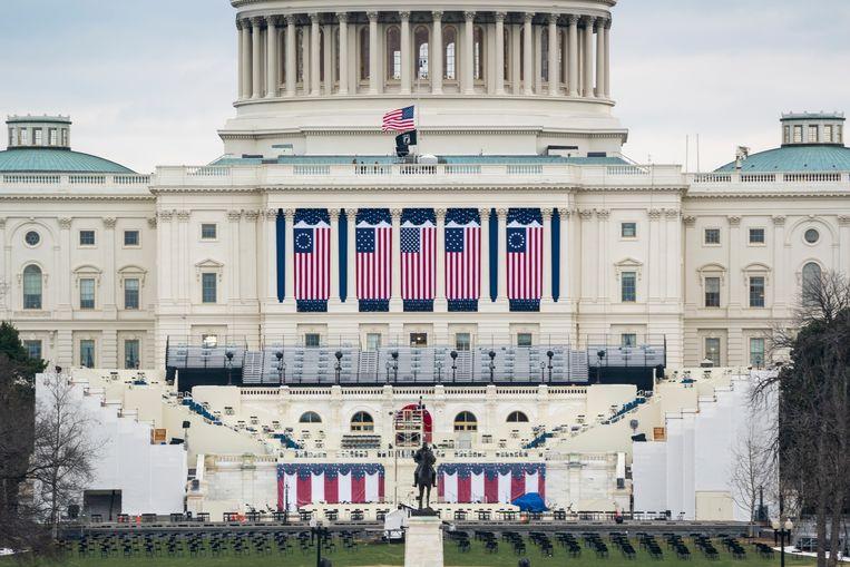 De tribune voor een beperkt publiek staat klaar aan de westzijde van het Capitool. Beeld EPA