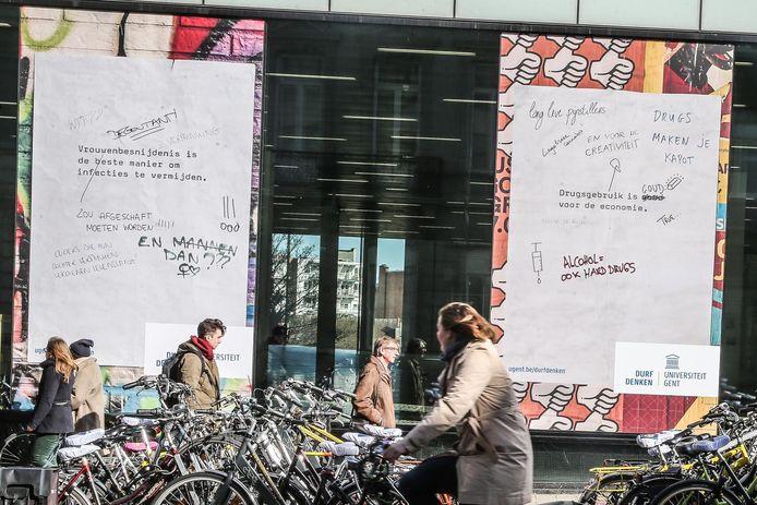 Aan de Ufo in de Sint-Pietersnieuwstraat plakken provocerende teksten tegen het raam.
