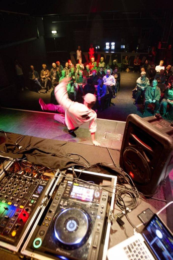 Breakdancer Squarez van het vermaarde Eindhovense dansgezelschap The Ruggeds geeft een demonstratie in Dynamo.