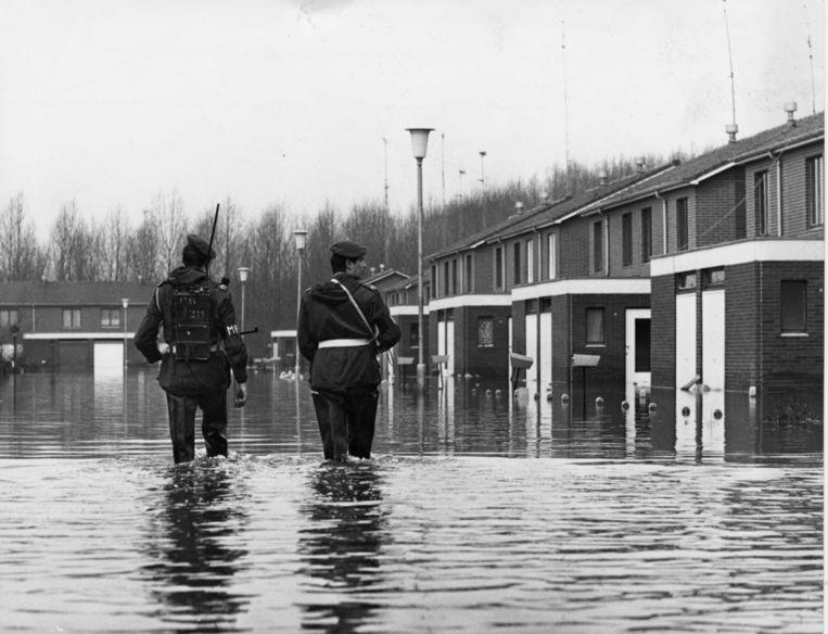 De militaire politie patrouilleert in de verlaten straten van Ruisbroek begin januari 1976. Beeld rv