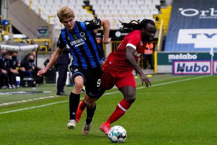 Charles de Ketelaere (Club Brugge) jaagt op Jordan Lukaku (Antwerp). Beeld Photo News
