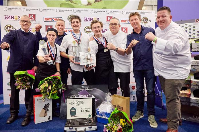 De winnaars van het NK voor jonge koks met in het midden Femke Klaassen, Sebastiaan Follong en Mart Oude Luttikhuis.
