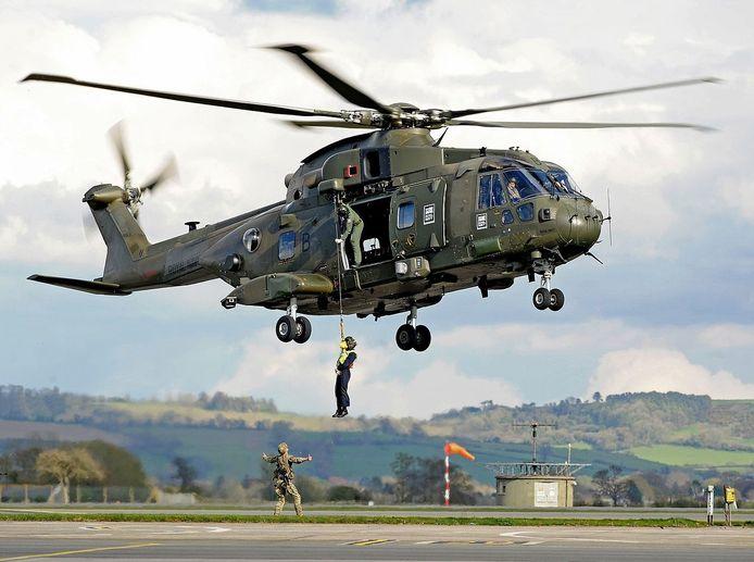 Een oefening met een Merlin MK3-helikopter op de RNAS Yeovilton basis.