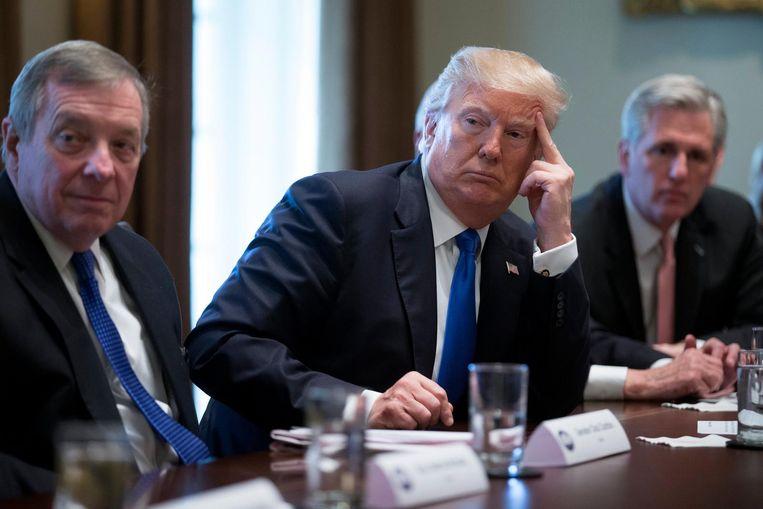 De president luistert aandachtig naar het standpunt van een van de Congresleden tijdens een bijeenkomst over immigratie. De groep Republikeinen en Democraten moet tot een compromis komen over de aanpak van de miljoenen illegalen, de beveiliging van de grens met Mexico en het lot van de illegale kinderen in de VS. Beeld EPA