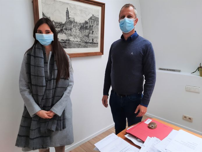 Andrea Boonaert (links) en meester Maarten Blondeel.