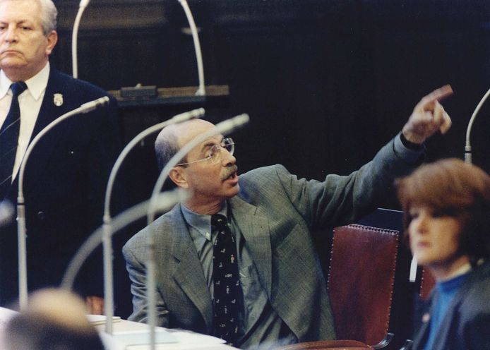 Hans Simons tijdens de installatie van nieuwe raadsleden in 1994.
