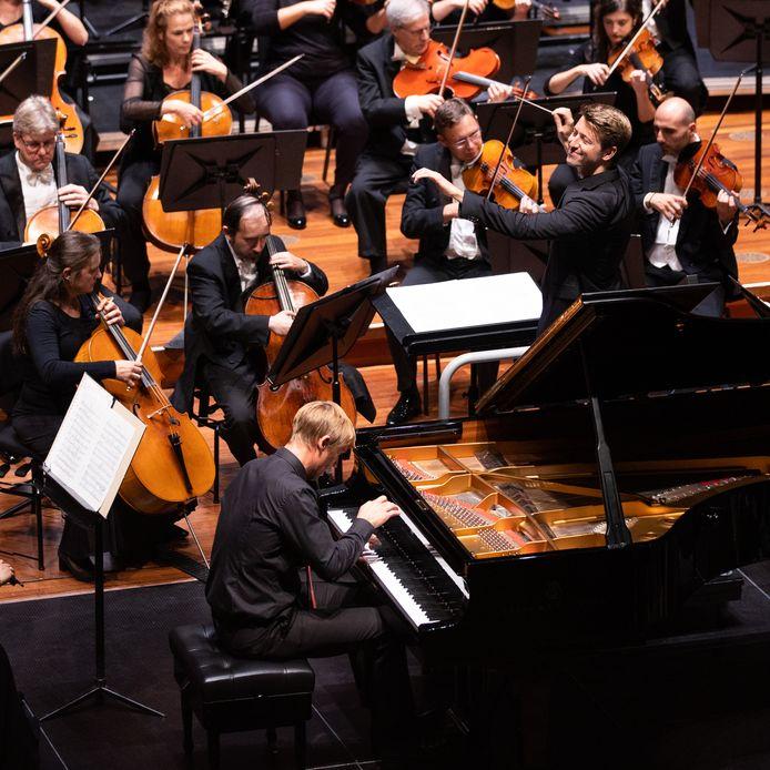 Ducan Ward voor 'zijn' Philharmonie Zuidnederland tijdens zijn eerste uitvoeirng als vaste dirigent.
