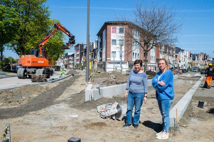 """Buurtbewoners Nicole Bloctuer en Isabelle Rombaut op de grens van de Elisabethlaan en Troyentenhoflaan: """"Het fietspad wordt 2.5 meter breed, het voetpad krijgt maar de minimumafmeting."""""""