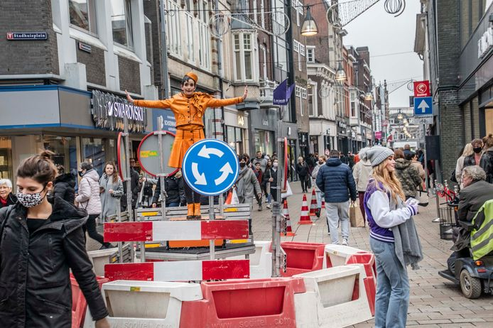 In het centrum van Tilburg werden extra maatregelen genomen tijdens Black Friday. Een dame op een muzikale minirotonde leidde het winkelverkeer in goede banen.