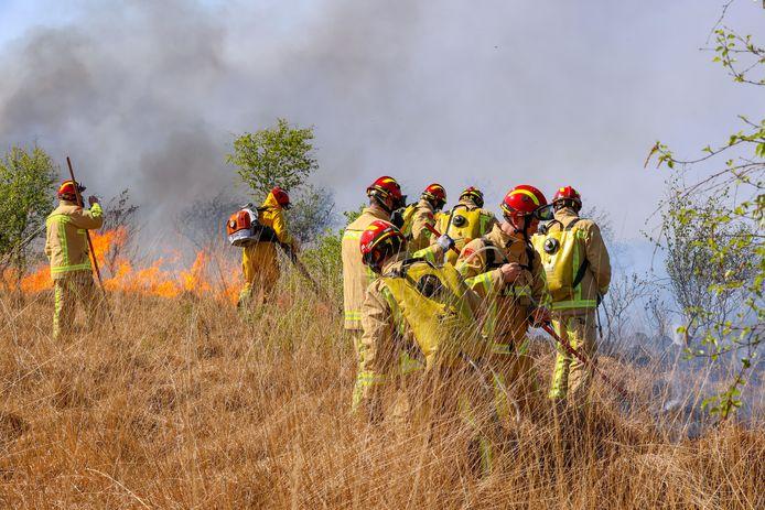 Het handcrewteam uit Overijssel in actie tijdens de brand in de Peel.