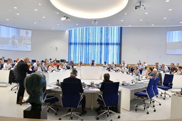 De gemeenteraad van Almelo in vergadering bijeen.