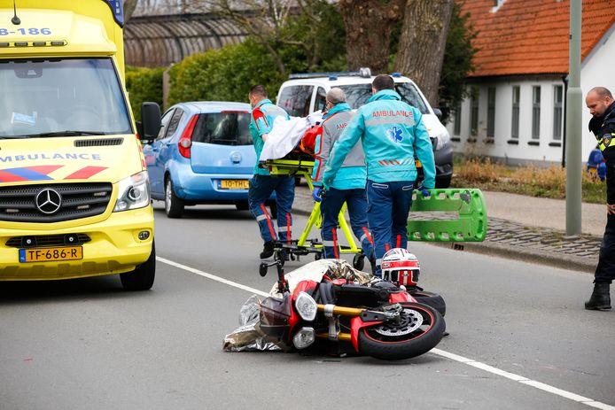 Een motorrijder is zondag rond 13.45 uur onderuit gegaan op de Mijlweg in Dordrecht