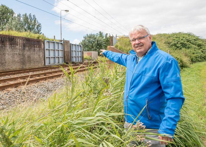 Sjaak van Loo wijst de vloeddeur aan die op onverklaarbare wijze dicht was en een treinramp veroorzaakte.