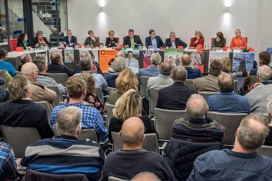 Volle bak in de raadzaal van het gemeentehuis in Groesbeek tijdens het lijsttrekkersdebat van de Gelderlander.